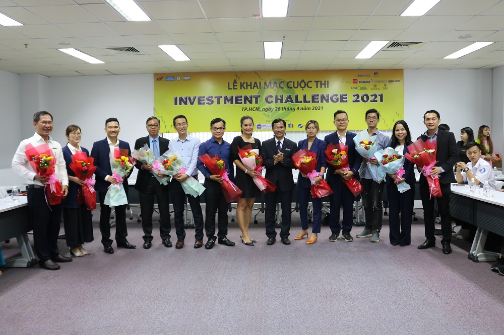 Head of the Faculty of Finance and Banking presenting thank-you flowers to sponsors