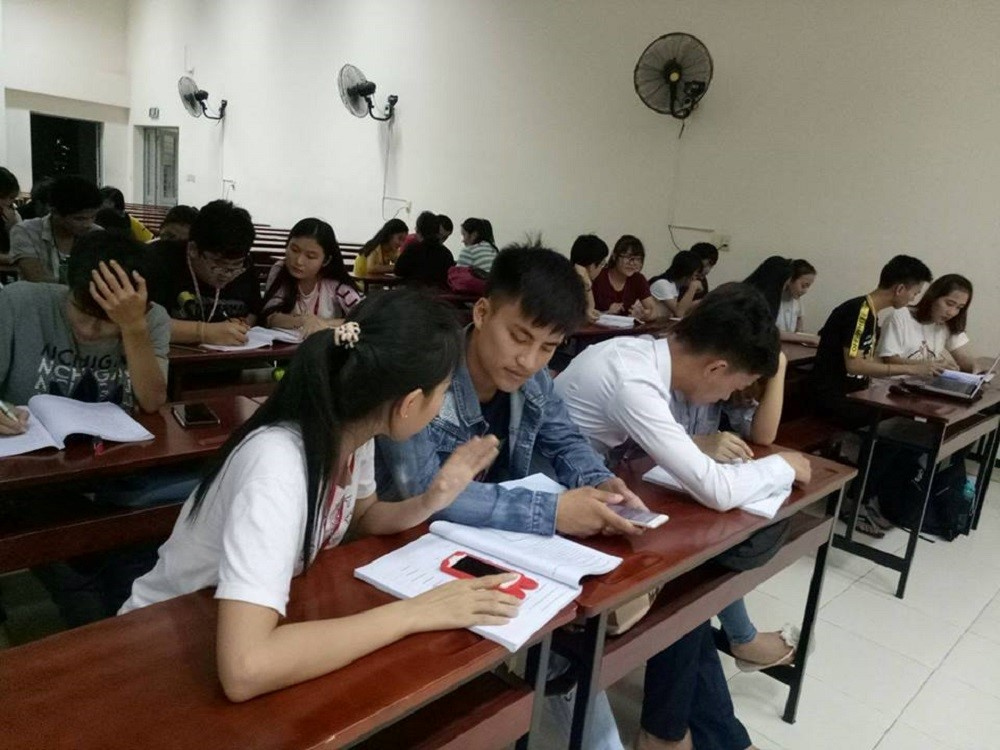 Vietnamese language extra class for Laotian students   dormitory