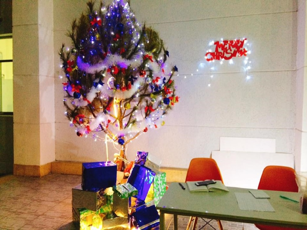 Christmas tree decorated by the associated organ of boarding student association at the dorm