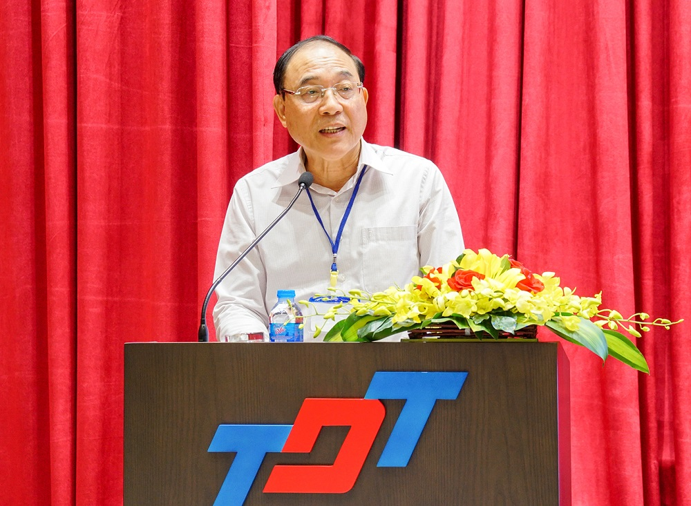 Mr. Nguyễn Huy Chương (PhD), Chairman of Northern Academic Library Association, is giving the preliminary report and opening speech at the conference.