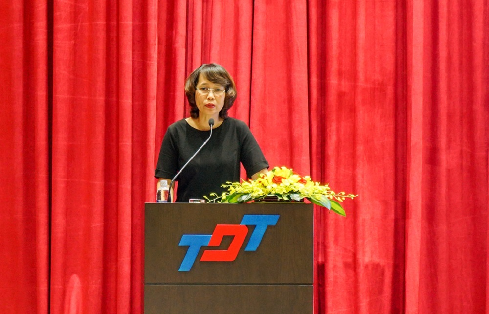 Ms. Kiều Thúy Nga, Director of the National Library of Vietnam, is giving her presentation.